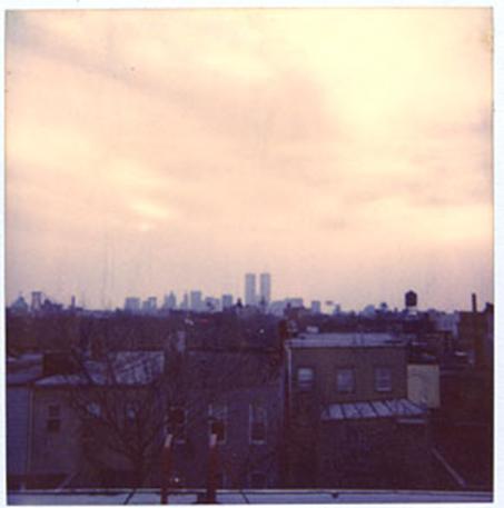 צילום פולארויד, ברוקלין 1989. ברקע- מגדלי התאומים