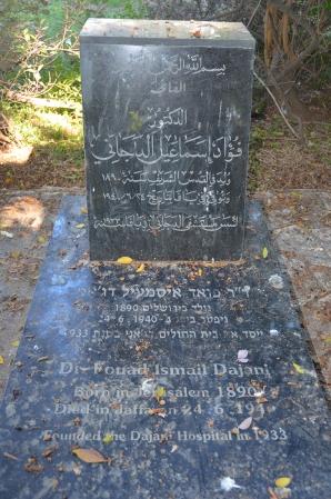 קברו של פואד איסמעיל דג'אני, בשטח בית החולים שהקים. צילום: מאי 2015